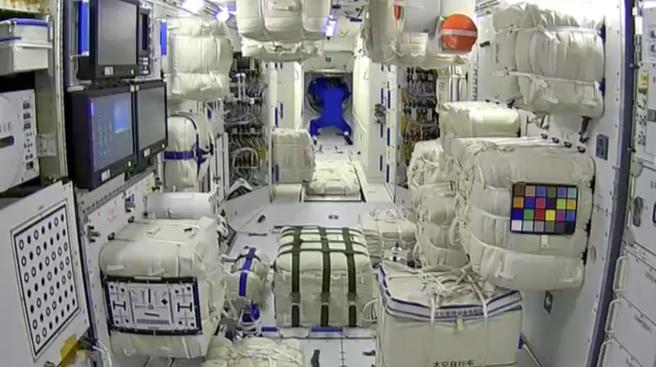 """航天员进驻天和核心舱,网友在图中发现了""""华点"""""""