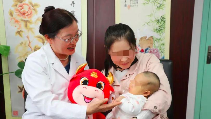 中国首例冻存卵巢产妇生下的宝宝,很健康!
